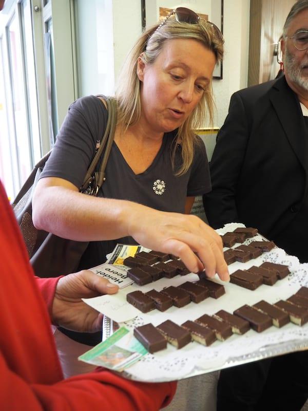 … müssen wir bei diesem Anblick fix abbremsen: Echte handgeschöpfte Schokolade aus der Konditorei Hagmann ...