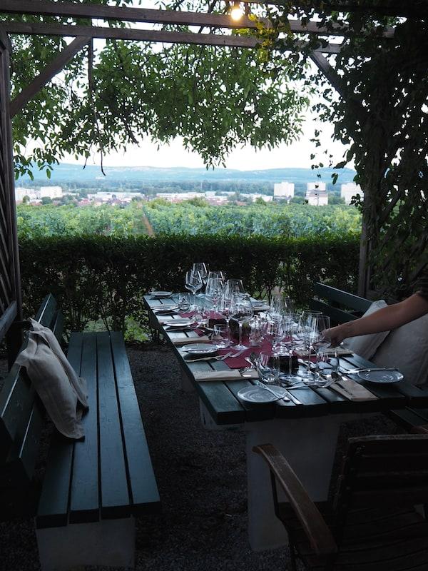 Abends lockt die Tafel in der Laube des Restaurants mit einem sagenhaften Blick über ganz Krems ...