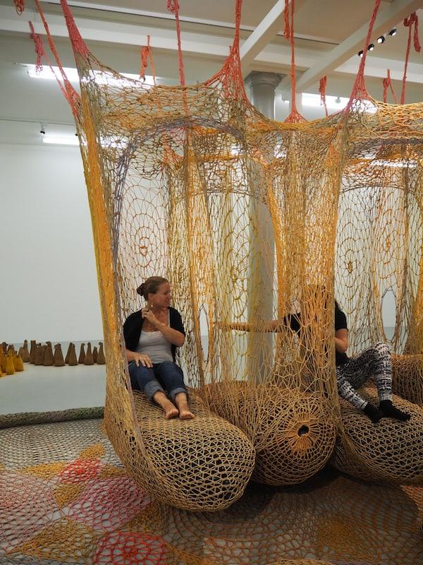 """Dazu gesellen sich das """"fassbare"""" Werk des brasilianischen Künstlers Ernesto Neto in der Kunsthalle Krems ..."""