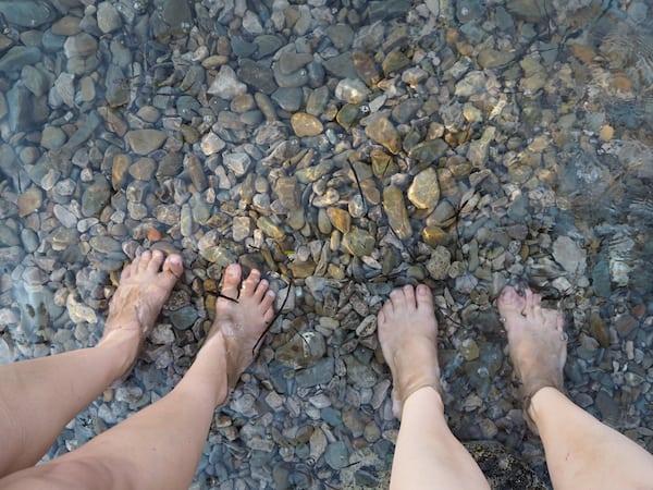 … und erst mal die Füße ins kühle Naß! ...