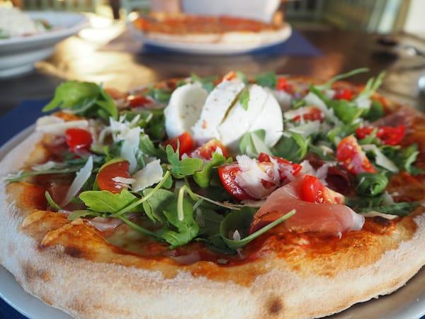 … Pizza genießen ...