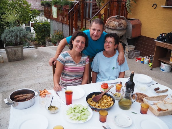 … und ganz genauso fühlt es sich beim ersten Abendessen mit Vesna's Familie auch an.!