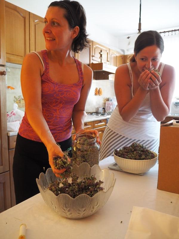 … denn dazu fertigen wir noch kurz vor Aufbruch, eigene, schnell gefüllte Kräuterkissen!