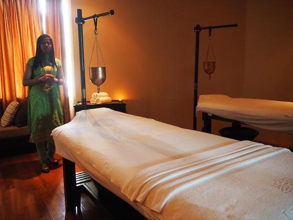 … und entspannende, wirklich wohltuende Behandlungen wie die Ayurveda-Ölmassage im Ayurveda Zentrum des Hotels.