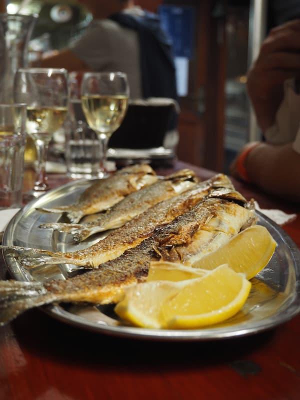 … frisch und köstlich zubereitet wird: Mahlzeit auf einem sich wiegenden Boot im Hafen von Piran!