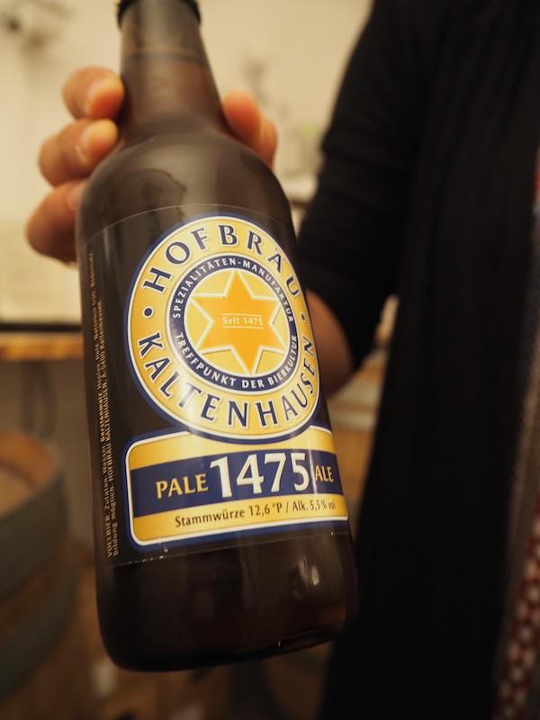 … mit ihr kosten wir dann auch dieses Bier hier, ...