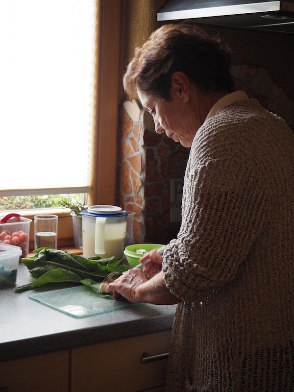 Hier kocht Renate mit viel Liebe zum Detail (und den Kräutern!) selbst ...