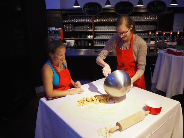 Gemeinsam mit Michaela versuchen wir uns hier an der optimalen Zubereitung des klassisch-österreichischen Apfelstrudels.