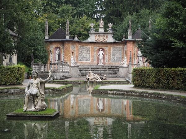 Friedlicher Blick in das heute noch gut erhaltene Schloss Hellbrunn mitsamt seiner weitläufigen Parkanlagen ...