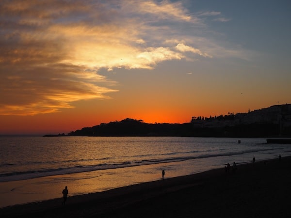 Es wird gewiss zauberhaft werden: Mit Liam die ersten Sonnenuntergänge und Spaziergänge am Meer erleben!