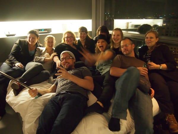"""… nochmals eine Bühne der ganz eigenen Art: Afterparty im Sofitel Vienna bei Janett Schindler (un)heimliches Zitat des Abends: """"Ich war noch nie mit so vielen Bloggern im Bett!"""""""