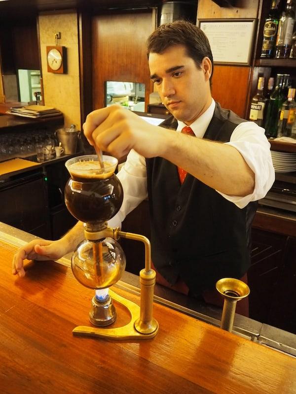 """… führt uns zur wahren Kaffee-Entdeckung überhaupt: Hier wird selbiger wie im """"Chemie-Labor"""" zubereitet!"""