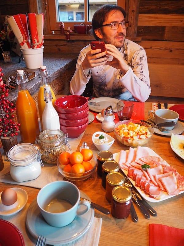 Und auch der Frühstückstisch am Morgen, organisiert von der Familie höchstpersönlich, kann sich wirklich sehen lassen .. Hier sind wir einen ganzen Skitag lang satt geworden!