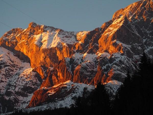 … und die Berge ringsum prächtig neu einfärbt ...