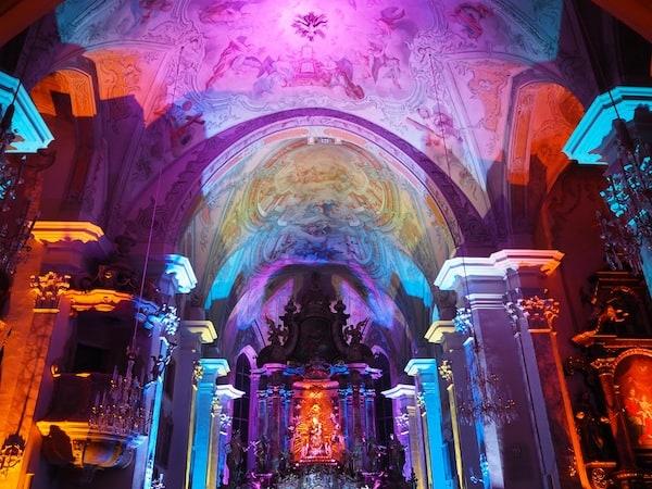 … und sich zu kreativen Lichtspielen, wie beispielsweise hier in der Ortskirche, wieder findet.