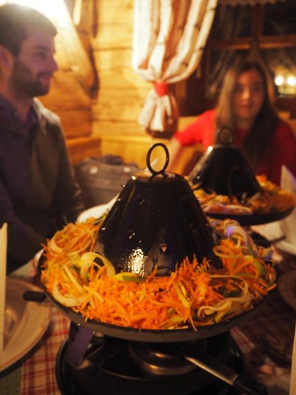 Schließlich geht es auf zum Tartarenhutessen. Ein bisschen wie eine Mischung aus Raclette und heißer Stein, genießt man diesen am besten in Gesellschaft.