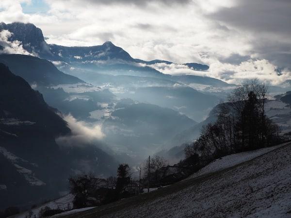 Der Blick auf die nebelverhangenen Dolomiten vom Oberpalwitterhof in Südtirol ...