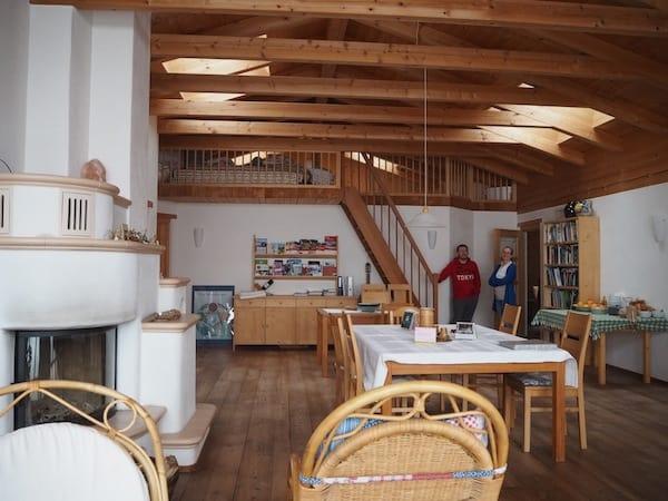 """Beim nächsten Mal erzähle ich Euch mehr von den kreativen Angeboten und sowie dem Kunsthandwerk, die die Höfe des Roten Hahn in ganz Südtirol anbieten. Wie hier Kräuterfee Maria in ihrem """"duften"""" Hof Unterstein."""