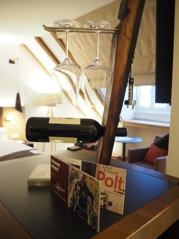 … wird klar, dass am Wein kein Vorbeikommen ist: Weinkühlschrank und Verkostungsgläser zieren den Raumeingang, auf Wunsch kann selbiger über Nacht auch ausgeschalten werden.