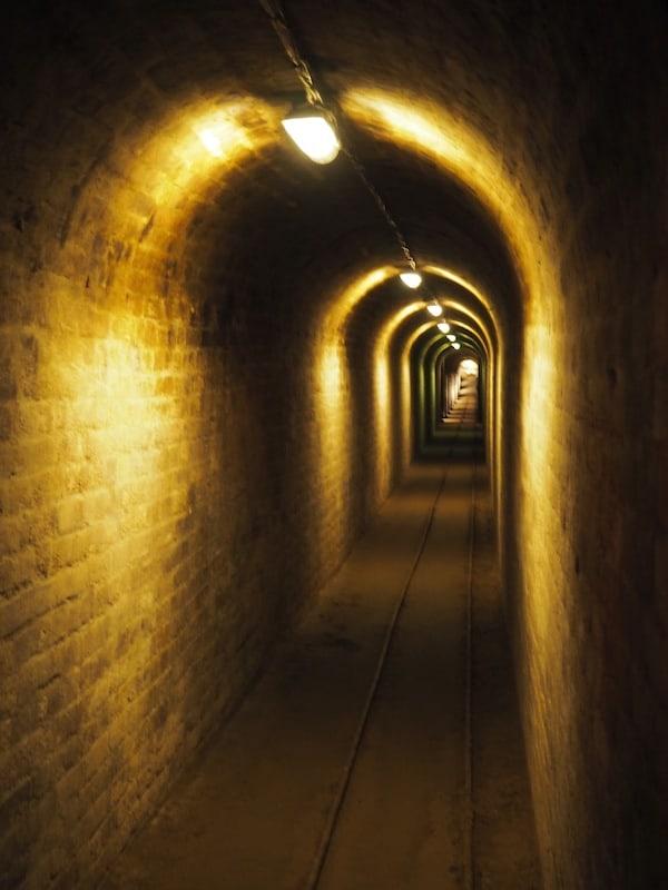 … und dem bis weit über die Grenzen der Stadt hinausreichenden, unterirdischen Kellernetzwerk: Diese Röhre hier misst allein weit über100 Meter!