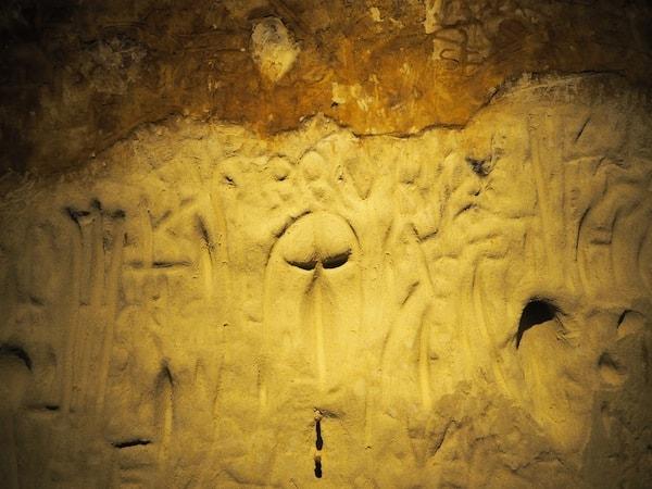 Seltsame Skulpturen, in den weichen Ursand gegraben ...
