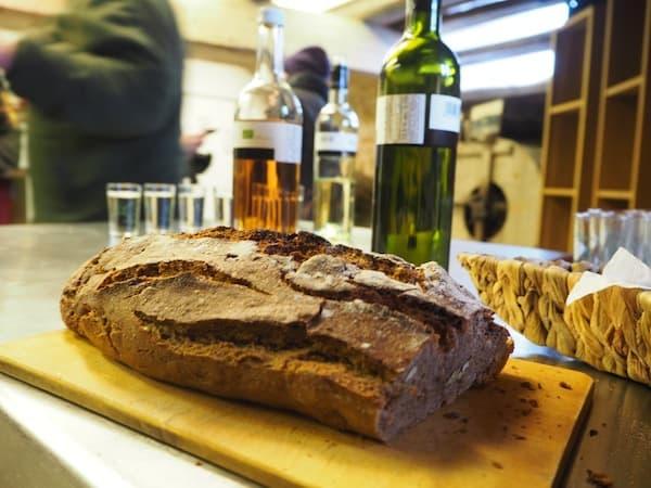 Sagt und spricht unser Gastgeber in der Windmühle von Retz, der uns dieses frisch gebackene Brot seiner Frau serviert- mit gemahlenem Korn aus der Mühle von Retz !!