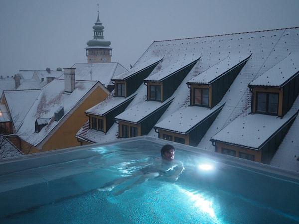 Und immer wieder lockt der neue VinoSpa Infinity Pool hoch über den Dächern von Retz: Genussvolle Gelassenheit pur!