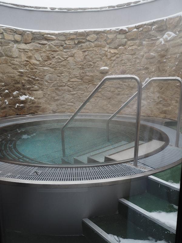 """… oder hier: Erfrischende Abkühlung nach dem Saunagang im sogenannten """"Turmpool"""", welches direkt in eine Nische der ehemaligen Stadtmauer von Retz gebaut wurde."""