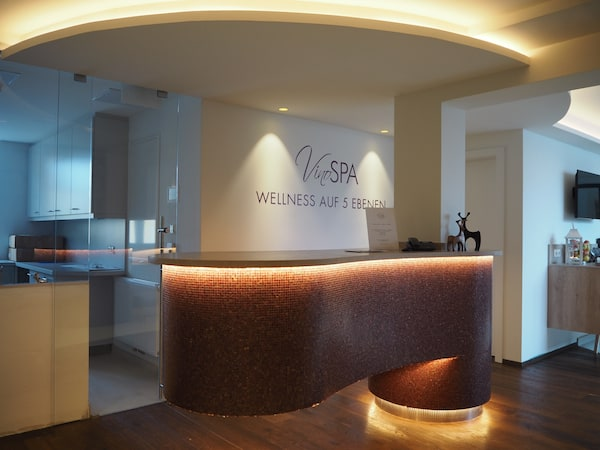 Morgenstund hat Gold im Mund: Blick auf den Empfangsbereich des neuen VinoSpa im Hotel Althof Retz ...