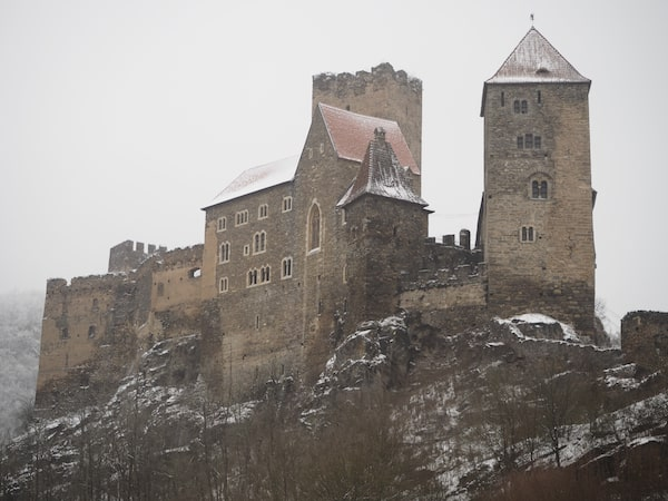 … schwingt sich auf bis zur mächtigen Burg Hardegg ...