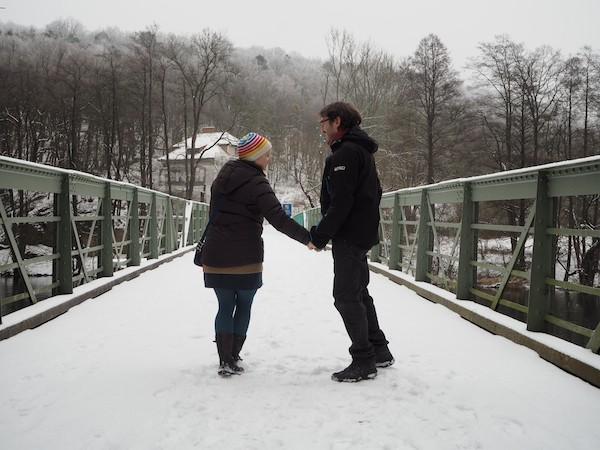 … sowie danieder über die Brücke nach Tschechien: In Einheit wagen auch wir den Weg in der Eiseskälte an diesem Januarmorgen.