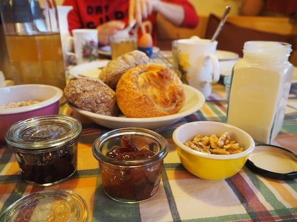 Das Frühstück: Einfach. Ein. Traum. In jedem Korn, in jedem Bissen, steckt die Lebensfreude der Elemente Beeren, Butter, Eier und mehr drinnen.