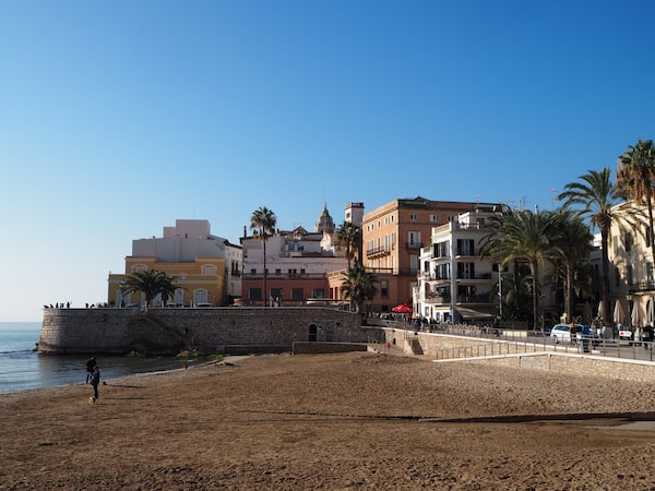 Sitges beach, on Christmas day, is tempting me under its bright daylight ...