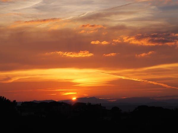 As well as the magic sunsets #InCostaBrava over the Pyrenees here ...