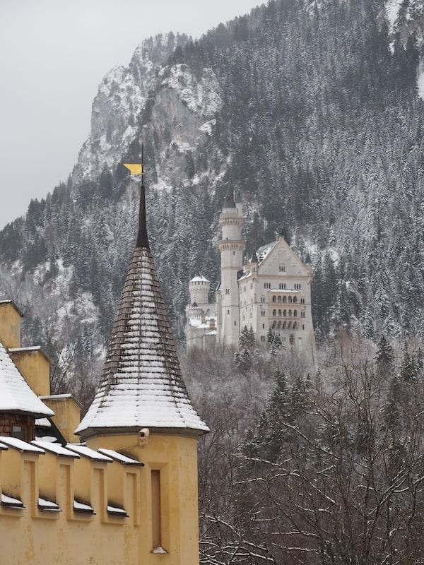 Blick auf das weltweit einzigartige Schloss Neuschwanstein vom Schloss Hohenschwangau aus ...