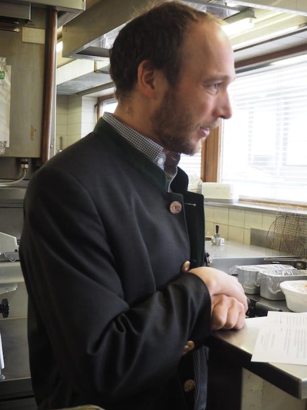 … und werden von sämtlichen Mitarbeitern des Hauses, wie hier Rene Föger den man gerne auch in der Küche sieht ...