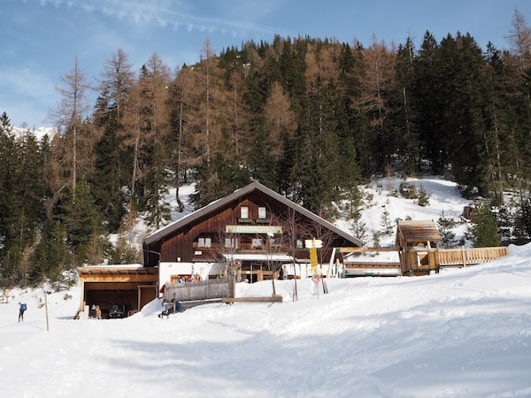 … Richtung uriger Tiroler Berghütte ...