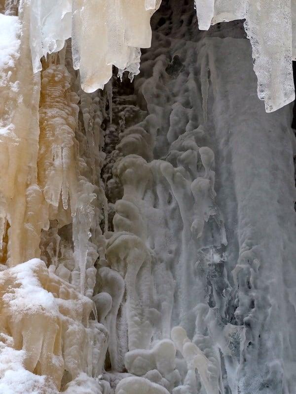 Eisskulpturen sondergleichen bietet der spektakulär gefrorenen Wasserfall im Korouoma Nationalpark.