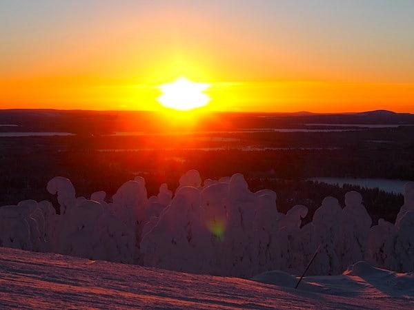 Langsam aber beständig schiebt sich die Sonne Mitte Februar gegen 16.00, 17.00 Uhr wieder hinter den Horizont.