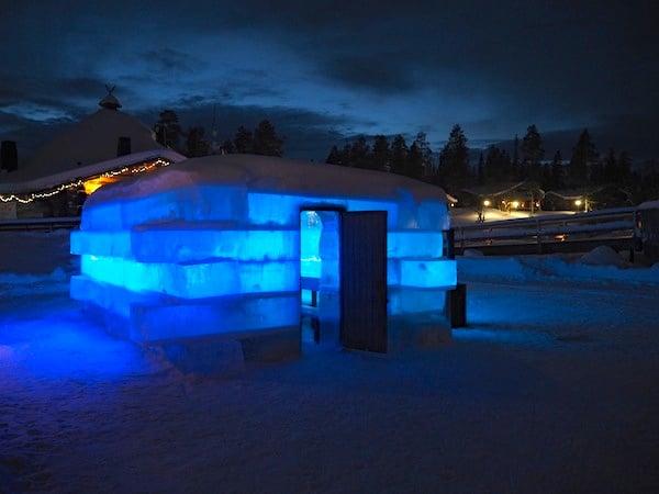 Lust auf die finnische Eissauna? Hier steht sie, aus Eisblöcken des gefrorenen Sees gebaut auf dem sie steht!