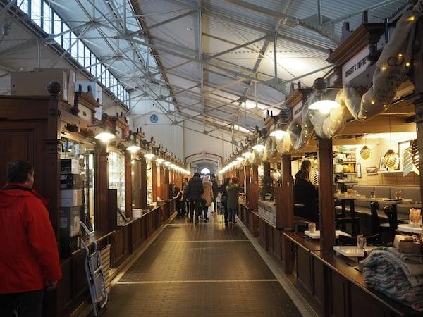Auf geht's bei der Food Tour mit Happy Guide Helsinki in der Old Market Hall direkt am Meer von Helsinki ...