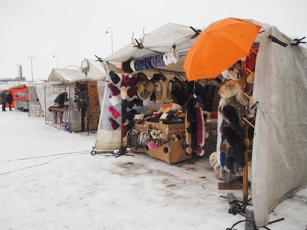 ... dem strengen Winter gemäß im Februar nicht ganz so farbenfroh aus. Wobei: Diese Markthändler trotzen -3C im Freien ..!