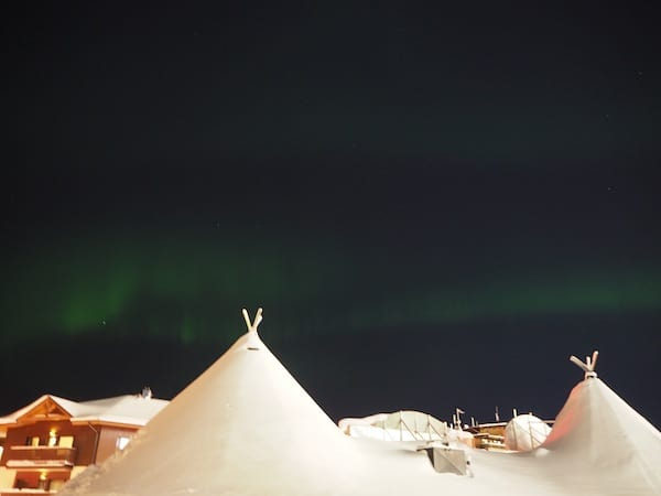Hier in Ruka gibt es abends gar die Möglichkeit, die berühmt-berüchtigte Aurora Borealis am klirrend-kalten Nachthimmel Lapplands zu beobachten.
