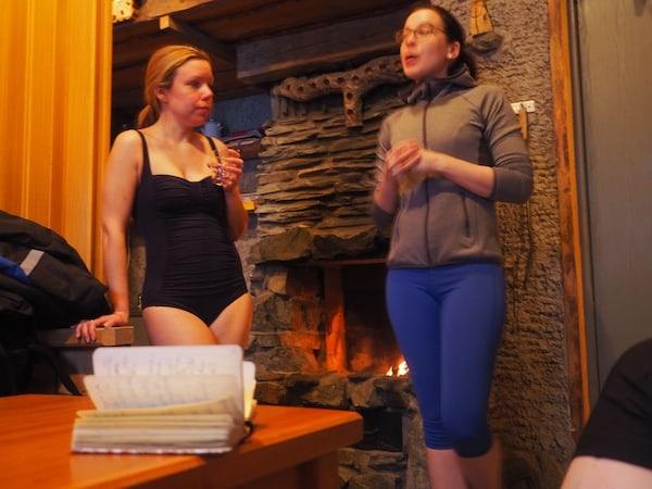 Einige bieten erfrischen innovatives Sauna-Yoga an, wie hier bei Ruka Safaris gesehen ...