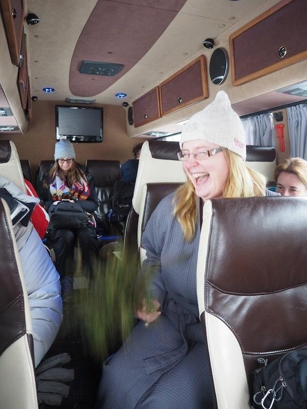 """Die """"Sauna-Tour"""", wie sie so nur aus Finnland, der Heimat der Sauna kommen kann, beginnt schon im Exkursions-Bus direkt, wo wir alles über Geschichte mit Geschichten der finnischen Sauna erfahren ..."""
