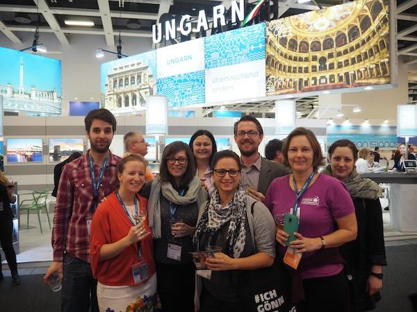 """Auf der Messe selbst muss dann auch Platz für dieses Gruppenfoto sein: """"Nur Österreicher, bitte"""" - Unser Reiseblogger-Dream-Team aus der Heimat!"""