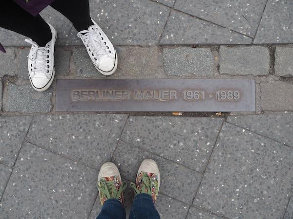 … auf dass uns das Leben nicht trennt, sondern eint: Blick auf den ehemaligen Verlauf der Berliner Mauer am Potsdamer Platz.