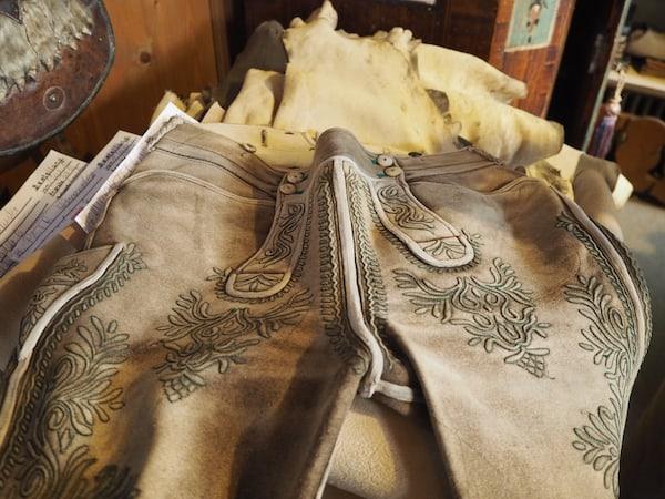 … wertvolle, Jahrzehnte währende Kleinode in Form von persönlich bestickten Lederhosen.