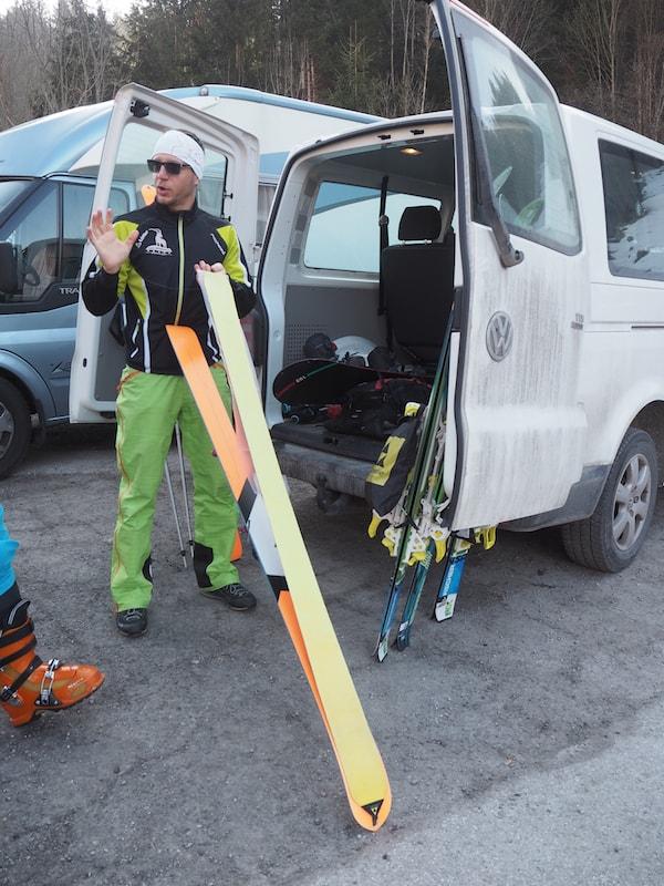 Vor Ort legt Helmut Schneider unseren Touren-Ski ...