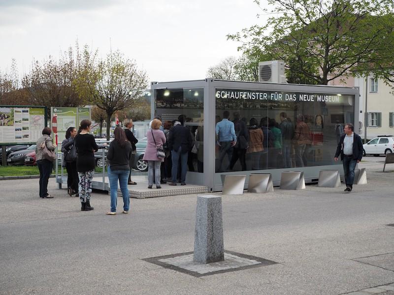"""""""Neuer Raum für die Kunst in Krems"""": BesucherInnen vor der Kunsthalle Krems vor dem Spatenstich des neuen Museumsbaues, welcher in Kürze hier beginnt."""